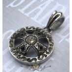 Máltai kereszt medál kövel, átmérője 30 mm.     nyaklánc, medál